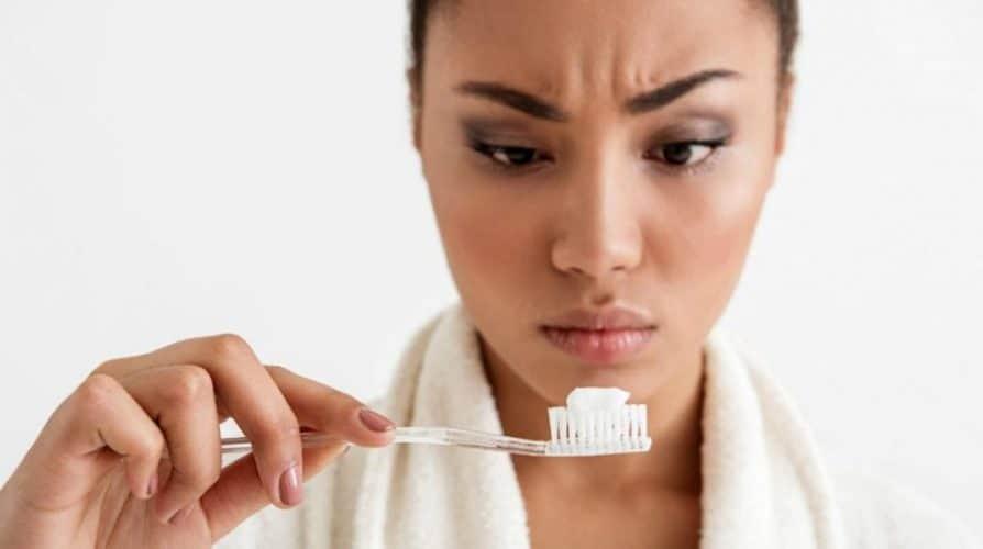 Pasta de dientes triclosán flúor dióxido micropásticos